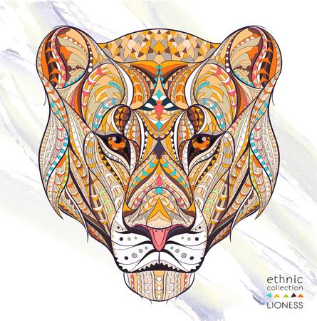 Cabeza modelada de la leona en el fondo del grunge. Diseño africano / indio / tótem / tatuaje. Puede usarse para el diseño de una camiseta, bolso, postal, póster, etc.