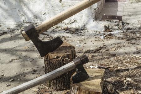 log fire: Tagliare log legna da ardere e vecchio ascia