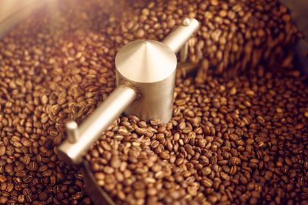 Stuk moderne koffiebonen roosteren materiaal koffiebonen draaien om ze gelijkmatig en perfectie voor de beste smaak en aroma roosteren