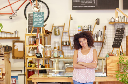 비지니스: 중소 기업 소유자가되는 자랑스럽게 그녀의 커피 숍에서 자신있게 서있는 젊은 여자, 스톡 콘텐츠