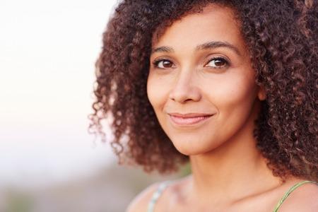 zakelijk: Close-up van een mooie jonge vrouw in openlucht Stockfoto