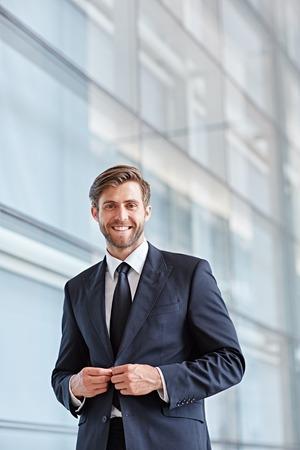 ejecutivo en oficina: Retrato de un ejecutivo de una empresa con estilo sonriendo con confianza a la cámara