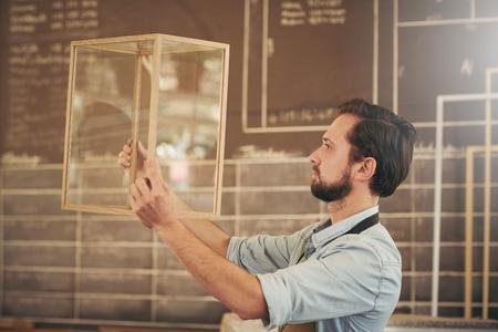 vérifier son nouveau design Entrepreneur en verre et bois pour l'excellence dans l'artisanat et des compétences Banque d'images