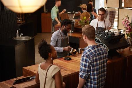 High angle de vue d'un homme afro-américain élégant et beau travailler comme un barista dans un café moderne et populaire Banque d'images