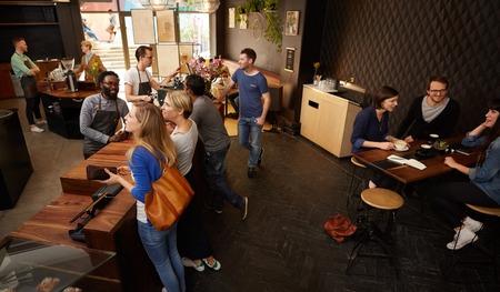 Hoge hoekschot van een moderne koffiewinkel met ruimte en stijlvolle inrichting
