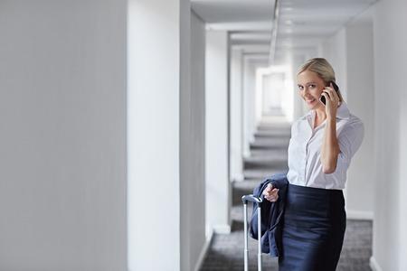 Eine junge geschäftsfrau um eine geschäftliche Reise zu machen