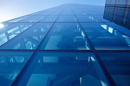 infraestructura: Primer abstracto de la fachada de vidrio revestido de un moderno edificio cubierto de vidrio plano reflectante Foto de archivo