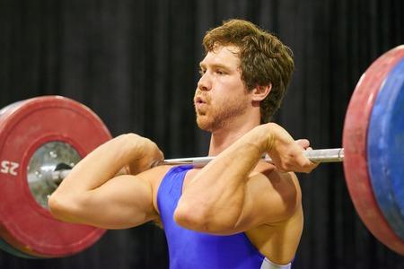 Un levantador de peso levantar pesas durante una competición