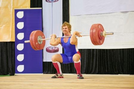 competition: Un levantador de peso levantar pesas durante una competición