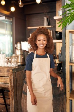 Portrait d'une jeune femme séduisante travaillant dans un café