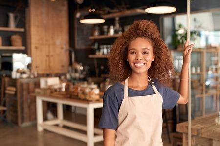 Portret van een aantrekkelijke jonge vrouw in de voorkant van een cafe