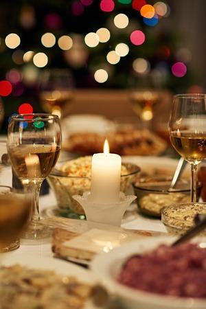 クリスマスのごちそうのダイニング テーブル