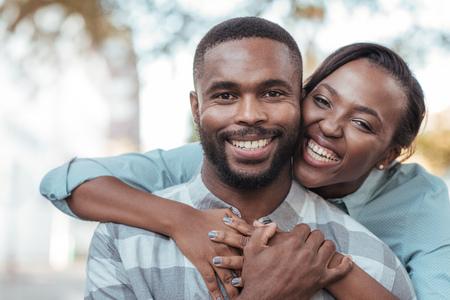 Afectuoso joven pareja africana de pie afuera en un día soleado Foto de archivo - 90802745