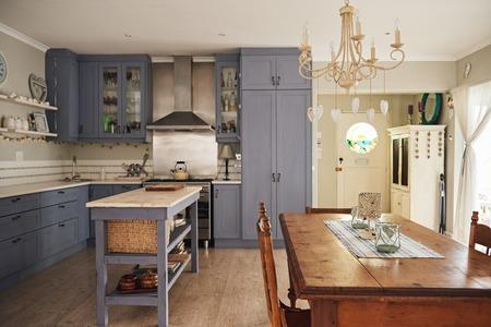 Interior de la cocina y comedor de una vivienda. Foto de archivo