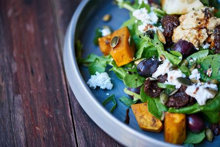 Primo piano di una deliziosa insalata mista di verdure e butternut