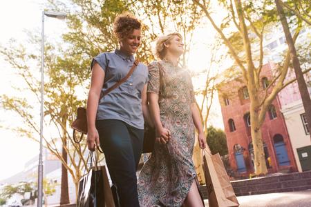 Young lesbian couple enjoying a day shopping in the city Foto de archivo