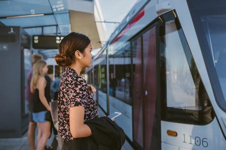 Jeune femme d'affaires asiatique à bord d'un train pendant son trajet de travail