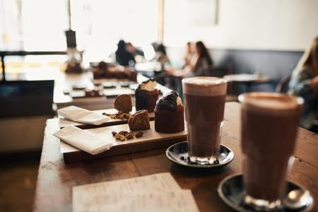 Dessertbestellingen klaar om te serveren op een cafételler