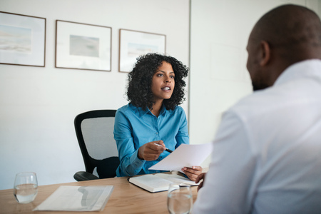 Kierownik przeprowadzający rozmowę kwalifikacyjną w swoim biurze Zdjęcie Seryjne