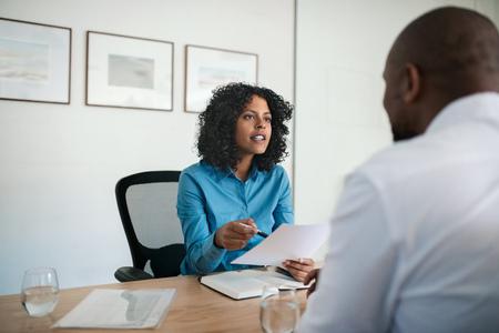Manager führt ein Vorstellungsgespräch in ihrem Büro Standard-Bild