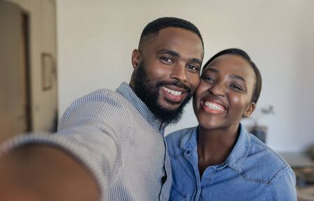 Smiling young African American couple taking selfies at home Zdjęcie Seryjne