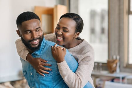 Juguetón joven pareja afroamericana relajarse juntos en casa