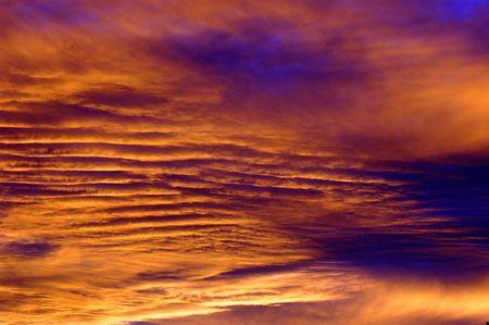 オレンジ色の紫色の cloudscape 日没