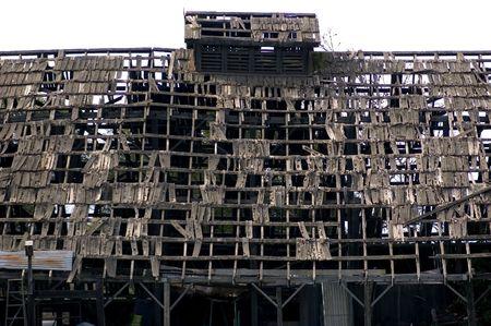 パッチワークの荒廃の腐りかけの納屋の屋根
