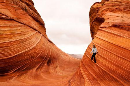 strata: donna matura a piedi sulla pietra arenaria verticale