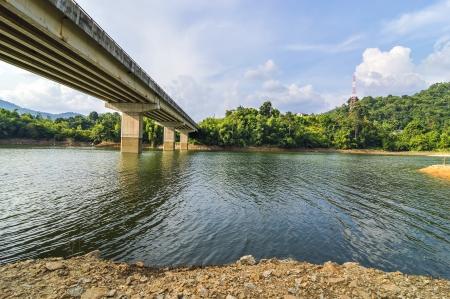 cielos azules: R�o bajo el puente con el cielo azul Foto de archivo