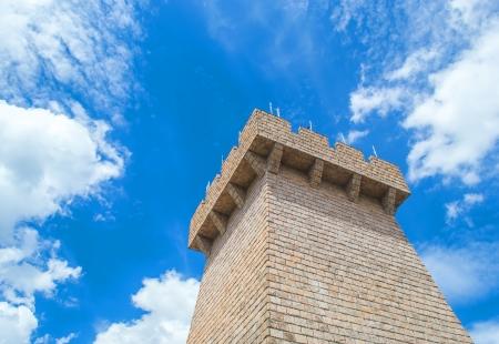 cielos azules: defender la torre con un cielo azul Foto de archivo