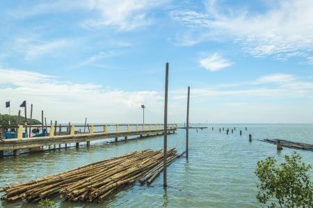 cielos azules: Embarcadero con cielos azules Foto de archivo