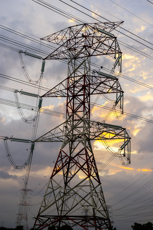 torres el�ctricas: Las torres de electricidad y las l�neas de cable durante el atardecer
