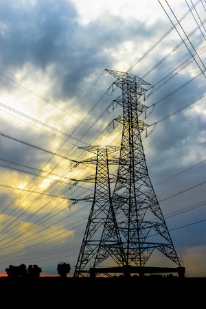 torres de alta tension: Las torres de electricidad y las líneas de cable durante el atardecer