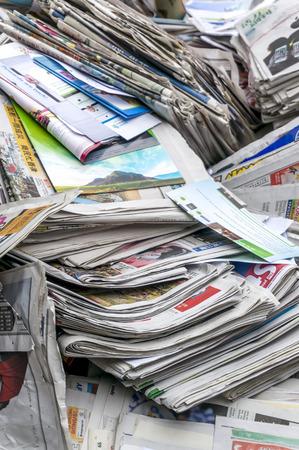 oude krant: Een stapel oude kranten voor recycle Redactioneel