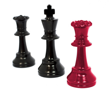 beaten: Black queen king and red queen chess isolated white background