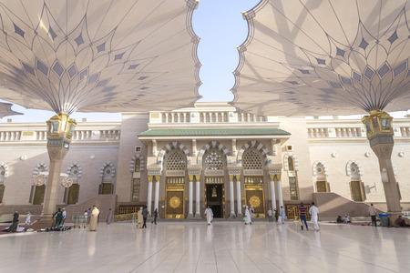MEDINA - 3 월 06 : 순례자는 메디나 2015년 3월 6일, 사우디 아라비아 왕국에 나 바위 모스크 화합물의 거대한 우산 아래에 걸어. 나 바위 모스크는 이슬람에 에디토리얼