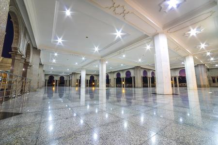 廊下で大理石の床が輝いています。