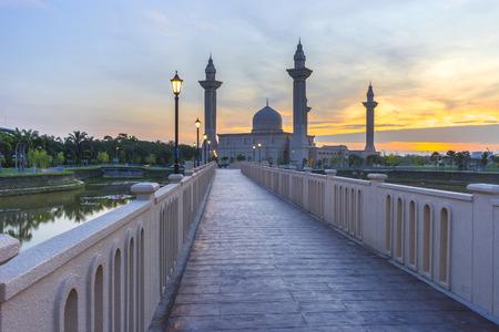 alam: Walkway to Tengku Ampuan Jemaah Mosque Blue Hour, Bukit Jelutong, Shah Alam Malaysia Stock Photo