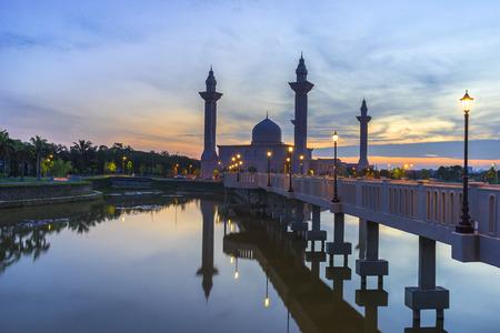 alam: Tengku Ampuan Jemaah Mosque Blue Hour, Bukit Jelutong, Shah Alam Malaysia Stock Photo