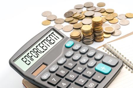 remuneración: Monedas y calculadora con la corrupción texto conceptual. Foto de archivo