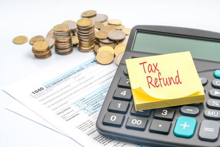 세금 계산 및 빨간색 텍스트 스티커 메모입니다. 스톡 콘텐츠