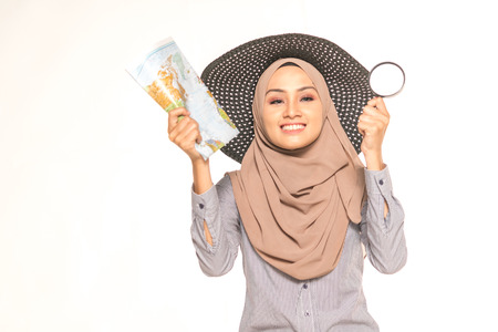 돋보기 유리를 사용 하여 Hijab 콜라주 찾고지도입니다. 여행 개념입니다. 스톡 콘텐츠