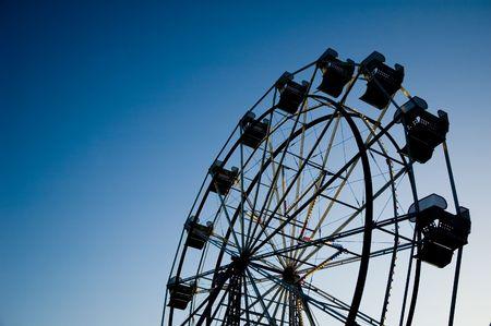 ferriswheel: Ferris ruota sera staglia contro il cielo con copia spazio a sinistra