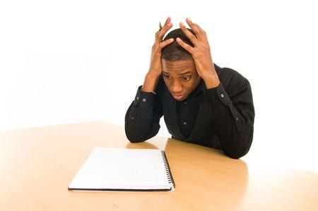 hombre preocupado: el hombre se sienta en la mesa con mirada ansiosa en la cara Foto de archivo