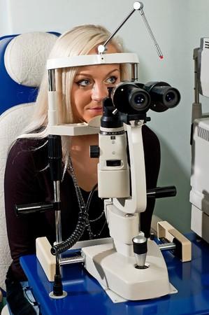 안경점에서 시력 검사 젊은 여자가