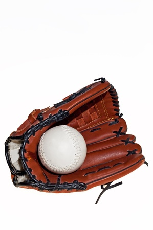 gant de baseball: gant de baseball avec le ballon sur le fond blanc