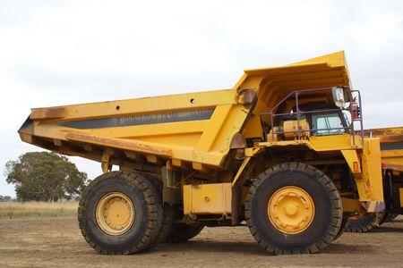 camion volquete: Carro de descarga amarillo gigante Foto de archivo