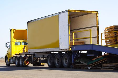 rámpa: Articulated semi truck on loading ramp