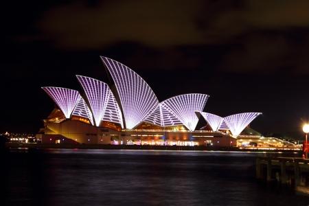 case colorate: Sydney Australia 28 MAGGIO 2011: Vivid Sydney ancora una volta trasformato il Teatro dell'Opera con un display luce abbagliante. Sydney Australia